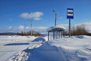 Eine verschneite Bushaltestelle auf dem Land